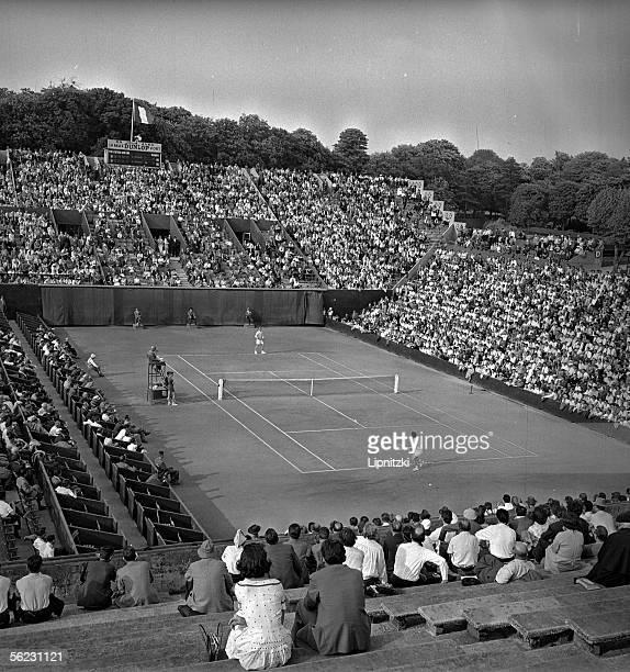 Internationaux de France to RolandGarros Semifinal of the men's singles L Hoad against G Merlo Umpire Eugene of Kermadec LIP32760049