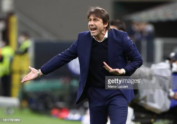 Internazionale coach Antonio Conte shouts to his players during the Serie A match between FC Internazionale and AS Roma at Stadio Giuseppe Meazza on...