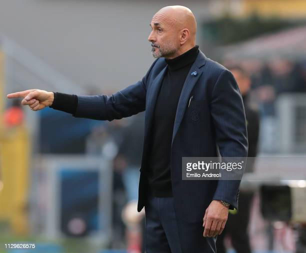 Internazionale coach Luciano Spalletti issues instructions to his players during the Serie A match between FC Internazionale and SPAL at Stadio...