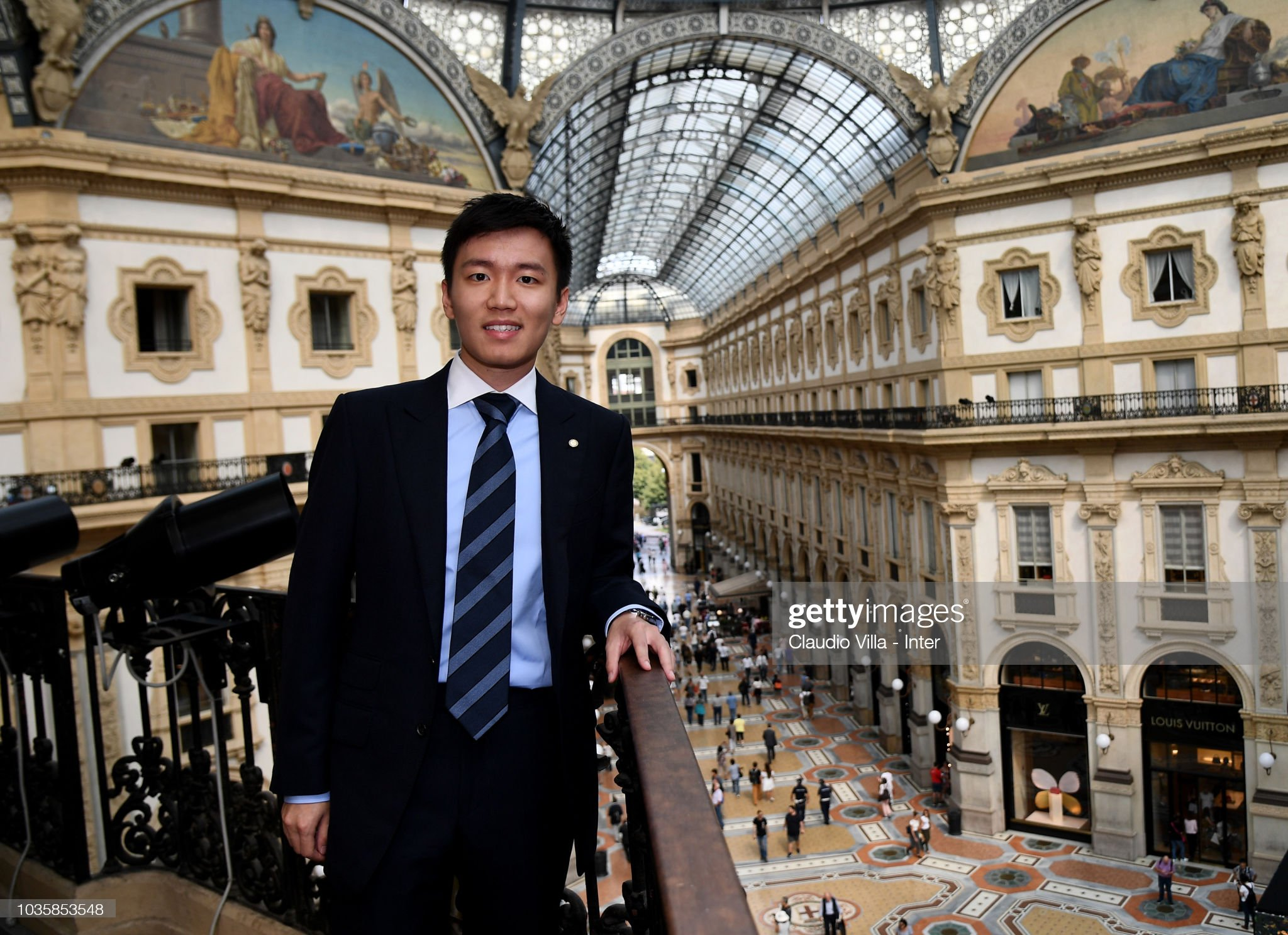 ¿Cuánto mide Steven Zhang Kangyang? - Altura - Real height Internazionale-milano-board-member-steven-zhang-kangyang-poses-for-a-picture-id1035853548?s=2048x2048