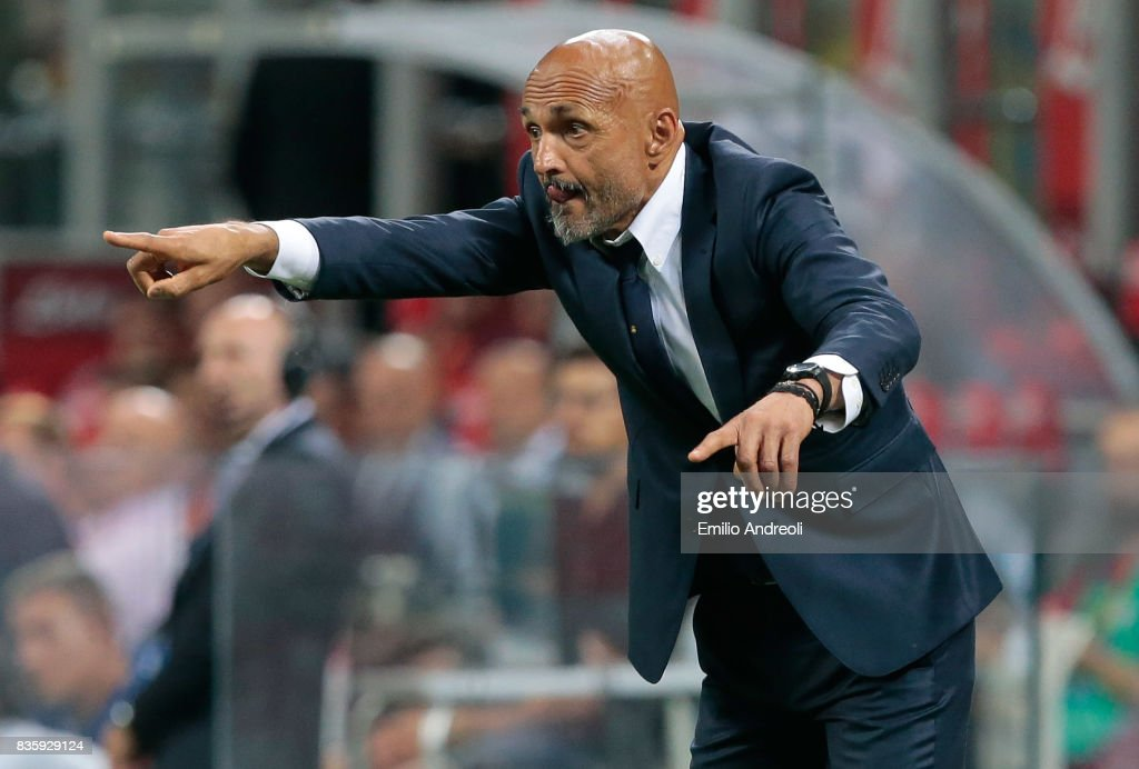 FC Internazionale Milano coach Luciano Spalletti issues instructions to his players during the Serie A match between FC Internazionale and ACF Fiorentina at Stadio Giuseppe Meazza on August 20, 2017 in Milan, Italy.