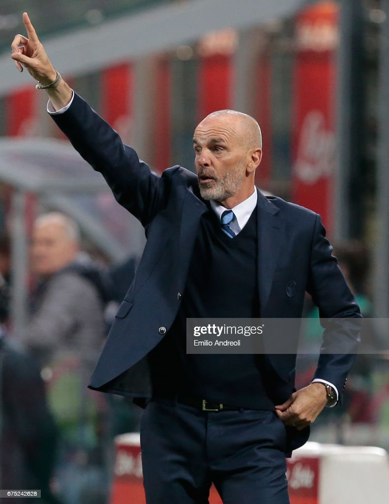 FC Internazionale Milano coach Stefano Pioli issues instructions to his players during the Serie A match between FC Internazionale and SSC Napoli at Stadio Giuseppe Meazza on April 30, 2017 in Milan, Italy.