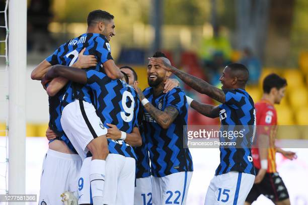 Internazionale players celebrate the 0-1 goal scored by Romelu Lukaku during the Serie A match between Benevento Calcio and FC Internazionale at...