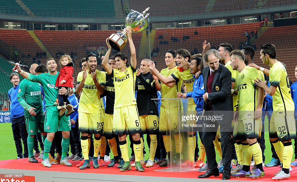 Internazionale team players celebrate the victory of Berlusconi Trophy during the Berlusconi Trophy match between AC Milan and FC Internazionale at Stadio Giuseppe Meazza on October 21, 2015 in Milan, Italy.