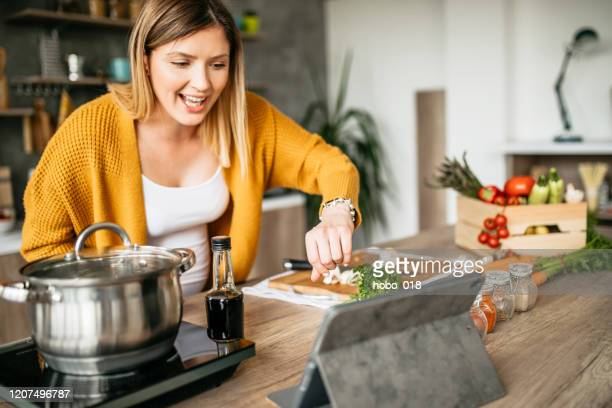 internet-tutorials für das mittagessen - essen zubereiten stock-fotos und bilder