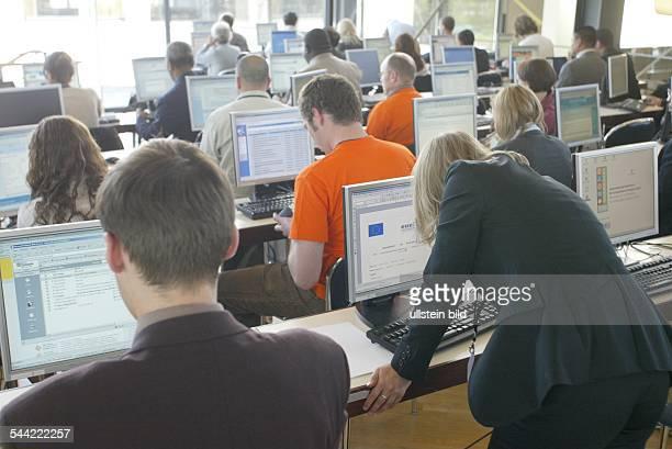 InternetCafe Menschen sitzen vor Monitor und surfen im Netz