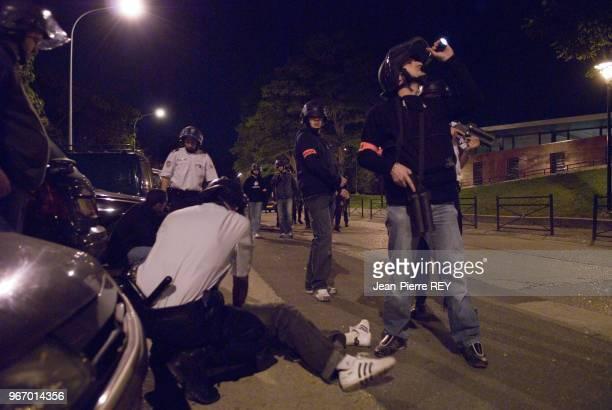 Interpellation de jeunes lors d'une opération nocturne de police le 16 octobre 2006 à Aulnay-sous-Bois, France.