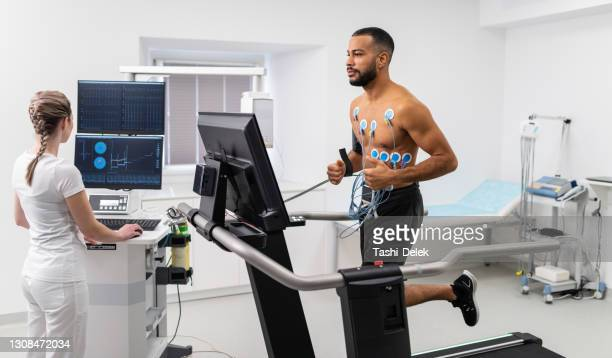 interpretação do eletrocardiograma de jovens atletas - sportsperson - fotografias e filmes do acervo