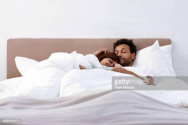 Interracial paar Schlafen zusammen
