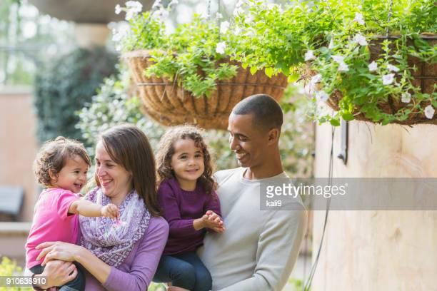 Familia interracial, dos chicas jóvenes, al aire libre