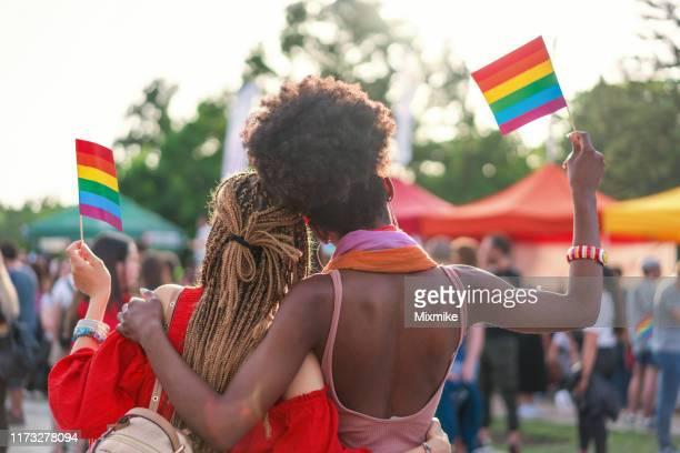 couples féminins interraciaux au défilé de fierté - gay love photos et images de collection