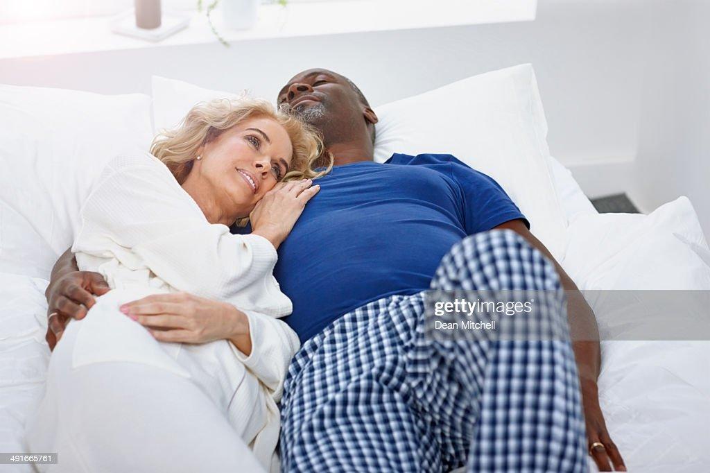 成熟したカップルは、ソファーで野生になる