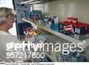 `Intershop 2000` Laden für Ostprodukte in Friedrichshain Kundin vergleicht die Waschmittelsorten `Spee` und `Imi` 1999