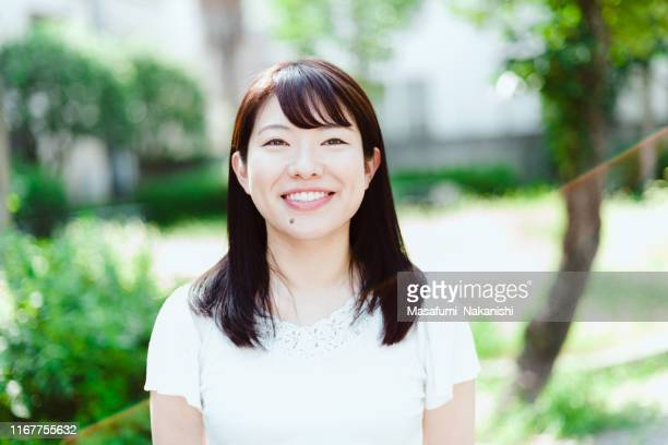 日本人女性のインタビュースタイルの肖像 - インタビュー ストックフォトと画像