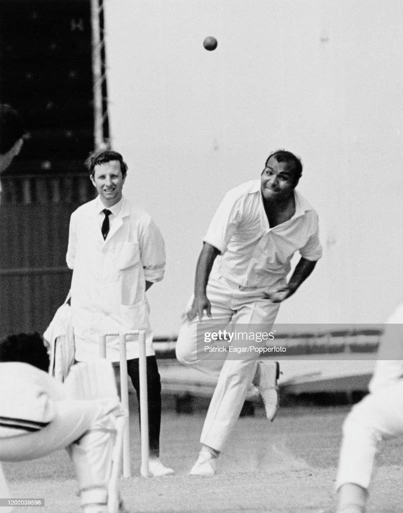 Intikhab Alam Bowls For Pakistan : News Photo