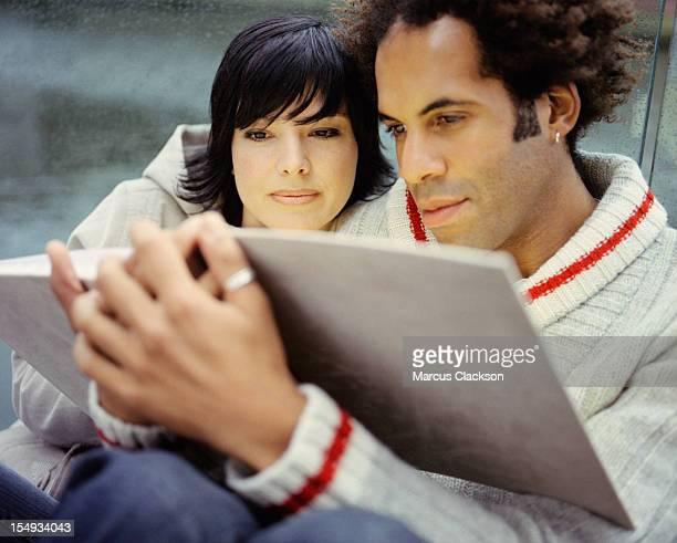Couple intime lire ensemble