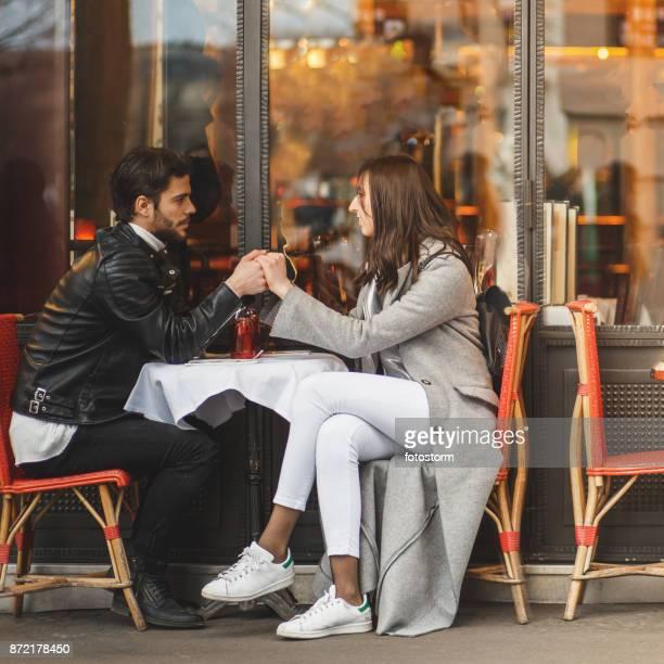 フランスのカフェでの親密な瞬間 - フランス文化 ストックフォトと画像