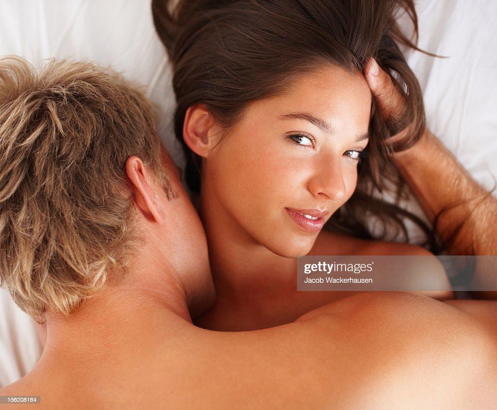 Intimen junge Paar während foreplay im Bett : Stock-Foto