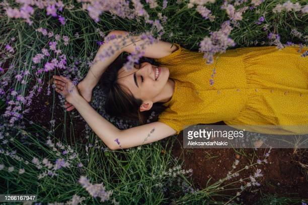 en los brazos amorosos de la naturaleza - lying down fotografías e imágenes de stock