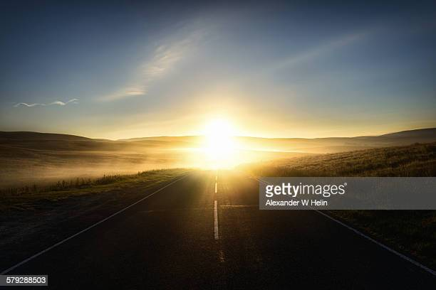 into the new day - zonsopgang stockfoto's en -beelden
