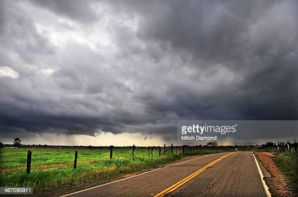 into the storm - モデスト ストックフォトと画像