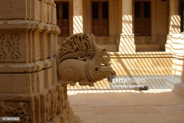 intricate ornate carvings and haveli architecture in ancient jain temple in jaisalmer, rajasthan, india - argenberg fotografías e imágenes de stock
