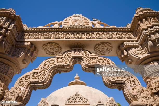 intricate stone carved arch and dome, mahavira jain temple, osian, near jodhpur, rajasthan, india - india summer stock-fotos und bilder