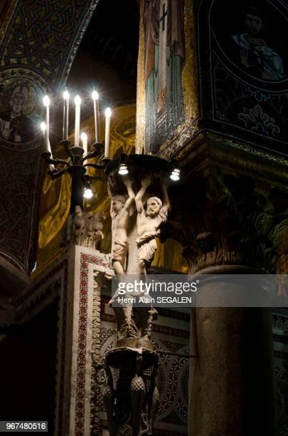 Intérieur de la chapelle Palatine Palais des Normands à Palerme Lueur sur un grand candélabre sculpté