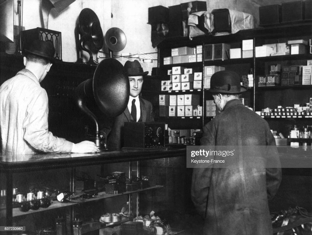 https://media.gettyimages.com/photos/intrieur-dun-magasin-de-matriel-de-radio-circa-1930-philadelphie-pa-picture-id837233982