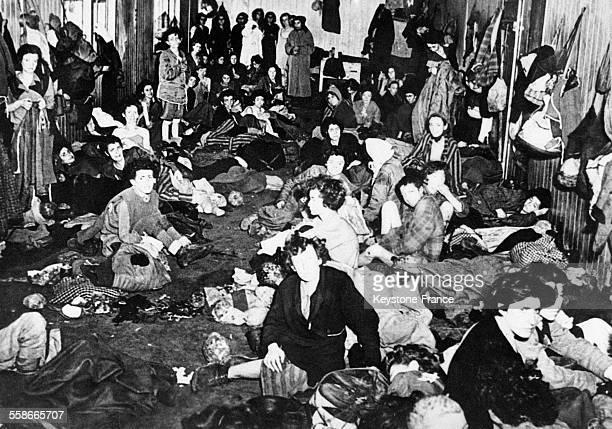 Intérieur d'une baraque de déportés dans le camp de Bergen-Belsen à Bergen, Allemagne en 1945.