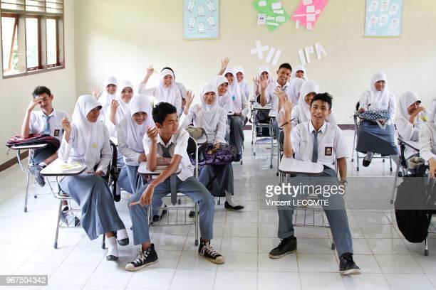 Intérieur dune classe dune école indonésienne où lycéens et lycéennes musulmans suivent un cours danglais à l'école publique de Painan au sud de lîle...