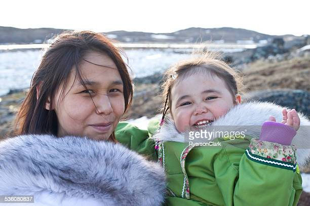 inuit mother and daughter on baffin island, nunavut, canada. - indigenous culture stock pictures, royalty-free photos & images