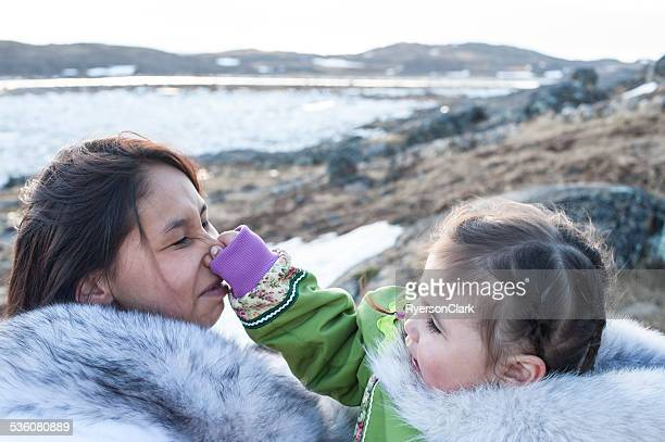 Inuit Madre e figlia sull'Isola di Baffin, Nunavut, Canada.