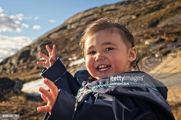 inuit mother and daughter on baffin island, nunavut, canada. - indigenes volk stock-fotos und bilder