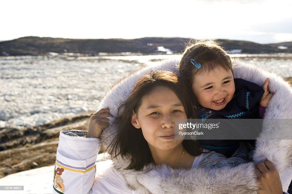 Inuit Madre e hija vestido tradicional isla de Baffin Nunavut : Foto de stock