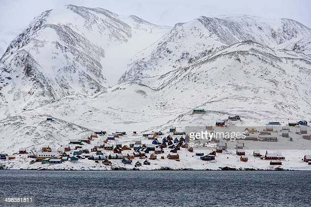 inuit settlement of ittoqqortoormiit - greenland - árido fotografías e imágenes de stock