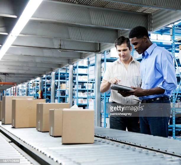 Inventario en inspección de cinta transportadora con una tableta Digital