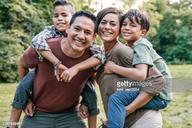 investitionen in die kindererziehung - emigration and immigration stock-fotos und bilder