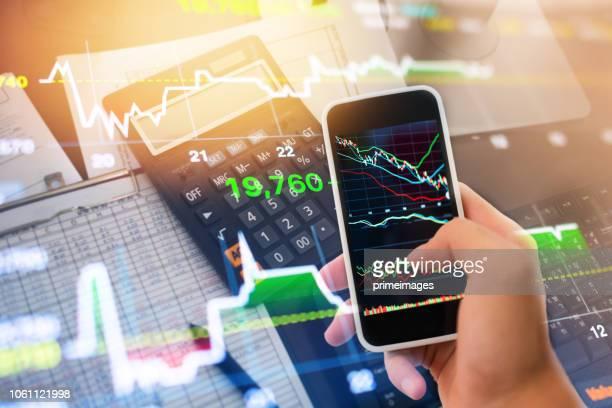 investitionen thema börse und finanzen business analyse aktienmarkt mit digital-tablette - börsenhandel finanzberuf stock-fotos und bilder