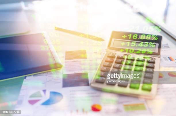 investitionen thema börse und finanzen business analyse aktienmarkt mit digital-tablette - zinssatz stock-fotos und bilder