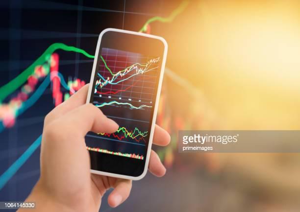 Da bolsa de tema de investimento e Finanças stockmarket de análise de negócios com tablet digital