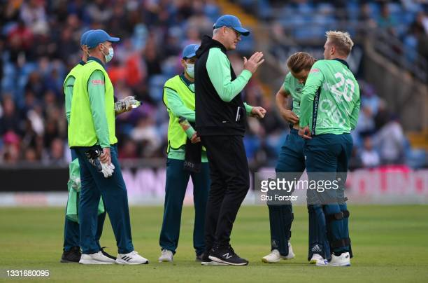 Invincibles team coach John Bracewell speaks with batsmen Tom Curran and Jason Roy during The Hundred match between Northern Superchargers Men and...