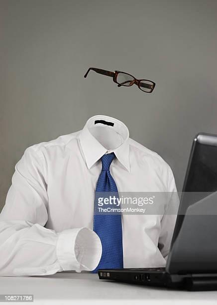 Invisibles o anónima hombre en la computadora portátil