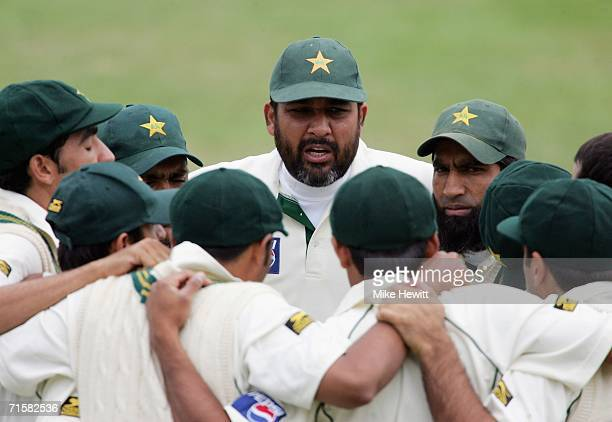 InzamamulHaq of Pakistan talks to his team in a huddle during day one of the third npower test match between England and Pakistan at Headingley on...