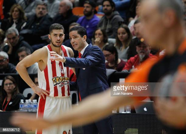 Ioannis Sfairopoulos Head Coach of Olympiacos Piraeus talks to Vassilis Toliopoulos #4 of Olympiacos Piraeus during the 2017/2018 Turkish Airlines...