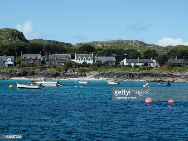 iona village and fishermen boats on isle of iona, hebrides archipelago, scotland - hebriden inselgruppe stock-fotos und bilder