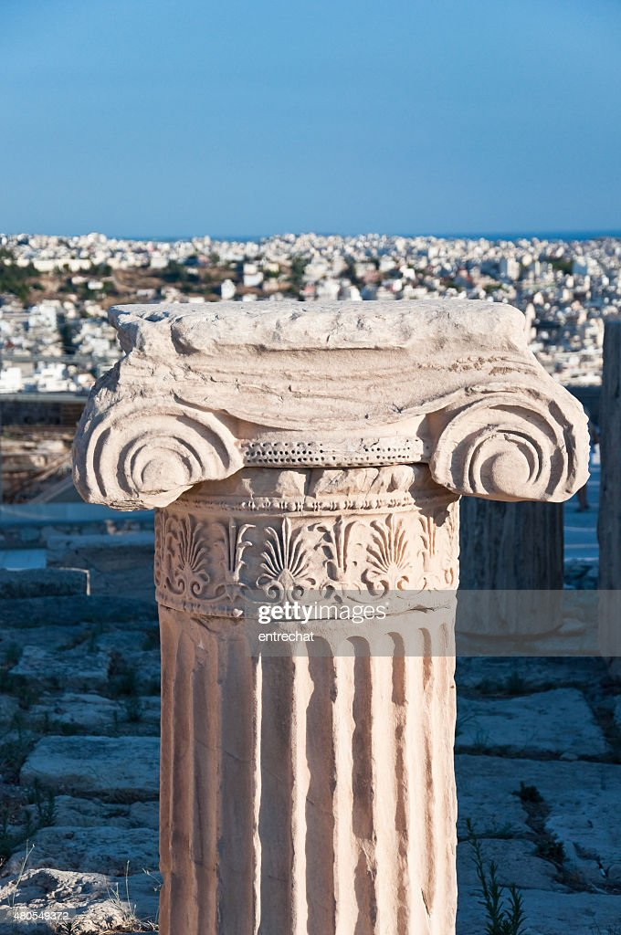 Iónica capitais e panorama de Atenas sobre o fundo. : Foto de stock