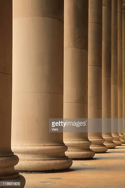 Columnas iónica formación pórtico fuera una estación de tren