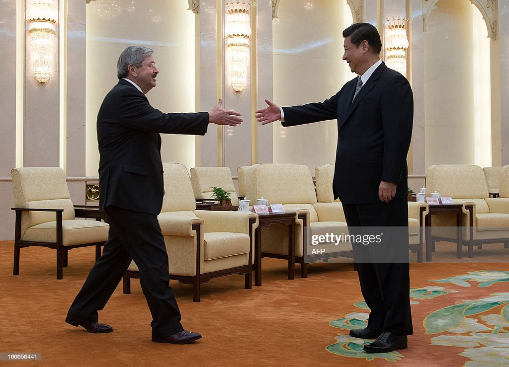 Iowa Governor Terry Branstad (L) shakes hands with Chinese President Xi Jinping before a meeting at the Great Hall of the People in Beijing on April 15, 2013. Branstad is in China until April 19. AFP PHOTO / POOL / Andy Wong