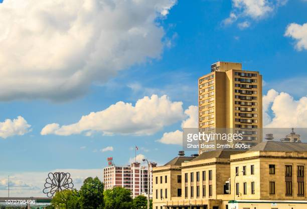 iowa realty building and quaker oats in summer - quaker oats stock pictures, royalty-free photos & images